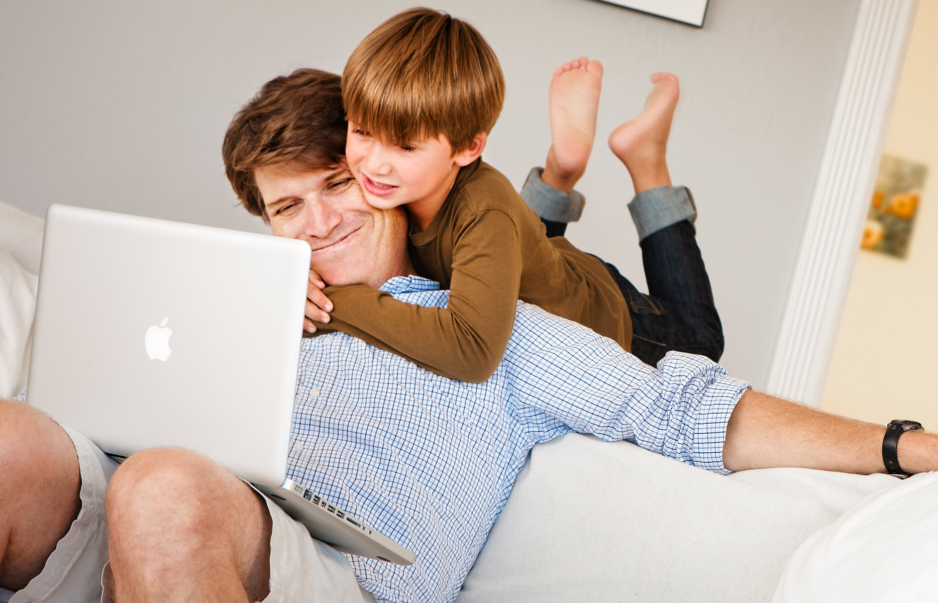 kiwi_crate_kid_and_dad_with_laptop_on_couch